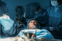 kvinnlig patient på kirurgi Arkivfoton