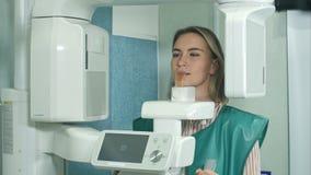 Kvinnlig patient som genomgår prov på den tand- röntgenstrålebildläsaren lager videofilmer