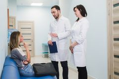 Kvinnlig patient som uppmuntras av doktor In Hospital Room royaltyfri bild