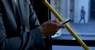 Kvinnlig pendlare som använder den digitala minnestavlan i bussen 4k stock video