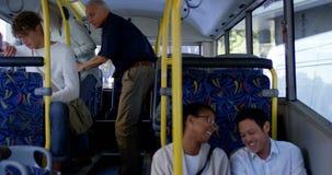 Kvinnlig pendlare som har kaffe, medan genom att använda mobiltelefonen i bussen 4k lager videofilmer