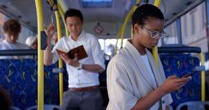 Kvinnlig pendlare som ut får från bussen 4k arkivfilmer