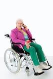 Kvinnlig pensionär i rullstol Arkivbild