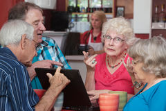 Kvinnlig pensionär med datorproblem Royaltyfri Fotografi