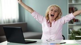 Kvinnlig pensionär som är lycklig att segra i idérik idékonkurrens, lyckad dam royaltyfri bild