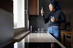 Kvinnlig person att göra den vertikala bilden för socialt massmedia royaltyfria bilder