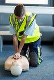 Kvinnlig person med paramedicinsk utbildning under utbildning för cardiopulmonary återuppväckande Arkivbild