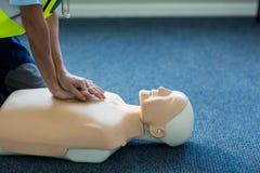Kvinnlig person med paramedicinsk utbildning under utbildning för cardiopulmonary återuppväckande Royaltyfria Bilder