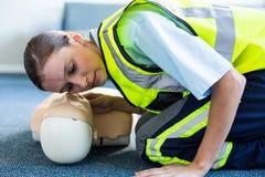 Kvinnlig person med paramedicinsk utbildning under utbildning för cardiopulmonary återuppväckande Arkivfoton