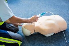 Kvinnlig person med paramedicinsk utbildning under utbildning för cardiopulmonary återuppväckande Royaltyfri Foto