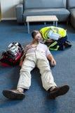 Kvinnlig person med paramedicinsk utbildning under utbildning för cardiopulmonary återuppväckande Royaltyfria Foton