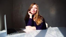 Kvinnlig person som drömmer om nytt hus och väntande mejl från fastighetsmäklare lager videofilmer