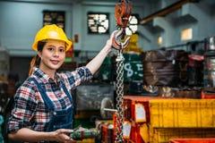 Kvinnlig personal för malningmaskin som använder fjärrkontroll Royaltyfri Bild