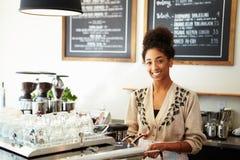 Kvinnlig personal i coffee shop arkivfoton