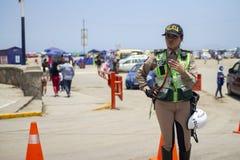 Kvinnlig peruansk trafikpolis på Costa Verde arkivbilder