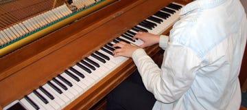 Kvinnlig pianospelare Royaltyfria Foton
