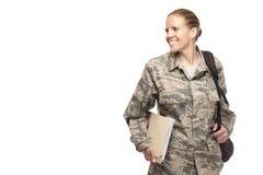 Kvinnlig pilot med böcker och påsen royaltyfri bild