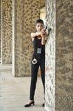 Kvinnlig polis i handling. Arkivbild
