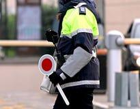 Kvinnlig polis med skoveln Royaltyfria Foton