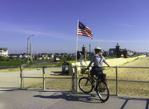 Kvinnlig polis på cykeln Arkivbilder