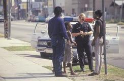 Kvinnlig polis som tar en rapport Fotografering för Bildbyråer
