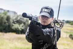 Kvinnlig polisFLUGSMÄLLA royaltyfria foton