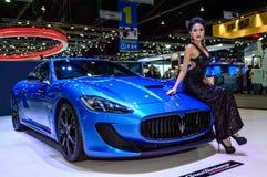 Kvinnlig presentatörmodell med den MaseratiGranTurismo konferencié Stradale Arkivfoto