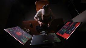 Kvinnlig programmerare som kodifierar och att hacka i mörkt rum stock video