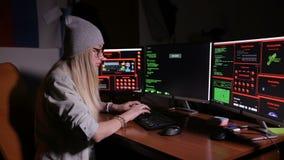 Kvinnlig programmerare som kodifierar och att hacka i mörkt rum arkivfilmer