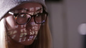 Kvinnlig programmerare som kodifierar och att hacka i mörkt rum lager videofilmer