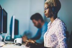 Kvinnlig programvarubärare som arbetar för IT-företag arkivbild