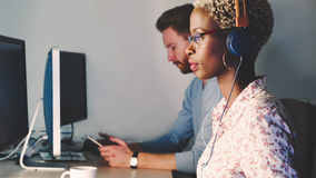 Kvinnlig programvarubärare som arbetar för IT-företag Arkivfoto