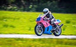 Kvinnlig racerbil på mopeden Arkivbilder