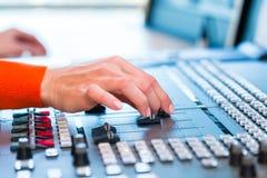 Kvinnlig radiopresentatör i radiostation på luft Royaltyfria Bilder