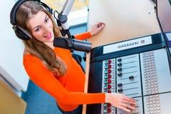 Kvinnlig radiopresentatör i radiostation på luft Arkivbilder