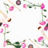 Kvinnlig ram med rosa rosor och skönhetsmedel på vit bakgrund Skönhetbegrepp, kvinnadag Lekmanna- lägenhet, bästa sikt Arkivbilder