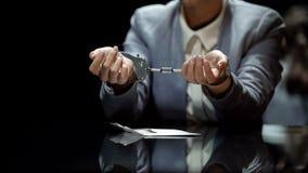 Kvinnlig regeringstjänsteman i manschetter som fångas på bestickning, politisk korruption royaltyfri fotografi