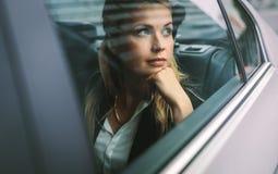 Kvinnlig resande för affärsledare vid en taxi royaltyfria foton