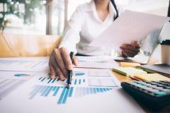 Kvinnlig revisor- eller bankirbruksräknemaskin arkivfoto