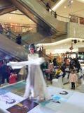 Kvinnlig roll i den kinesiska operan, dans av att skaka för muff Arkivbilder