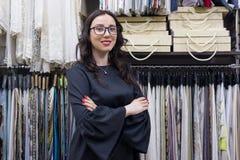 Kvinnlig säljare, inreformgivare i visningslokal royaltyfri fotografi