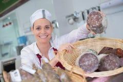 Kvinnlig salami för slaktarevisningsortimentet på shoppar Royaltyfria Bilder