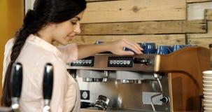 Kvinnlig servitrislokalvårdkaffebryggare i kafét 4k stock video