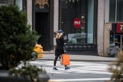 Kvinnlig shoppare som går i New York City Arkivbild