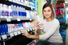 Kvinnlig shoppare som söker för deodoranter i supermarket Royaltyfri Foto