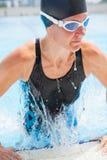 Kvinnlig simmare som går ut pölen Arkivfoton