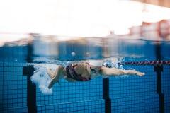 Kvinnlig simmareutbildning i simbassängen royaltyfri bild