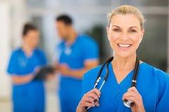 Kvinnlig sjuksköterska för mitt- ålder arkivbild