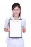 Kvinnlig sjuksköterska med skrivplattamellanrumsfortext Arkivbilder