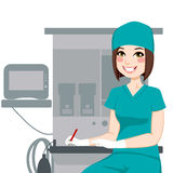 Kvinnlig sjuksköterska Writing Documents Arkivfoto